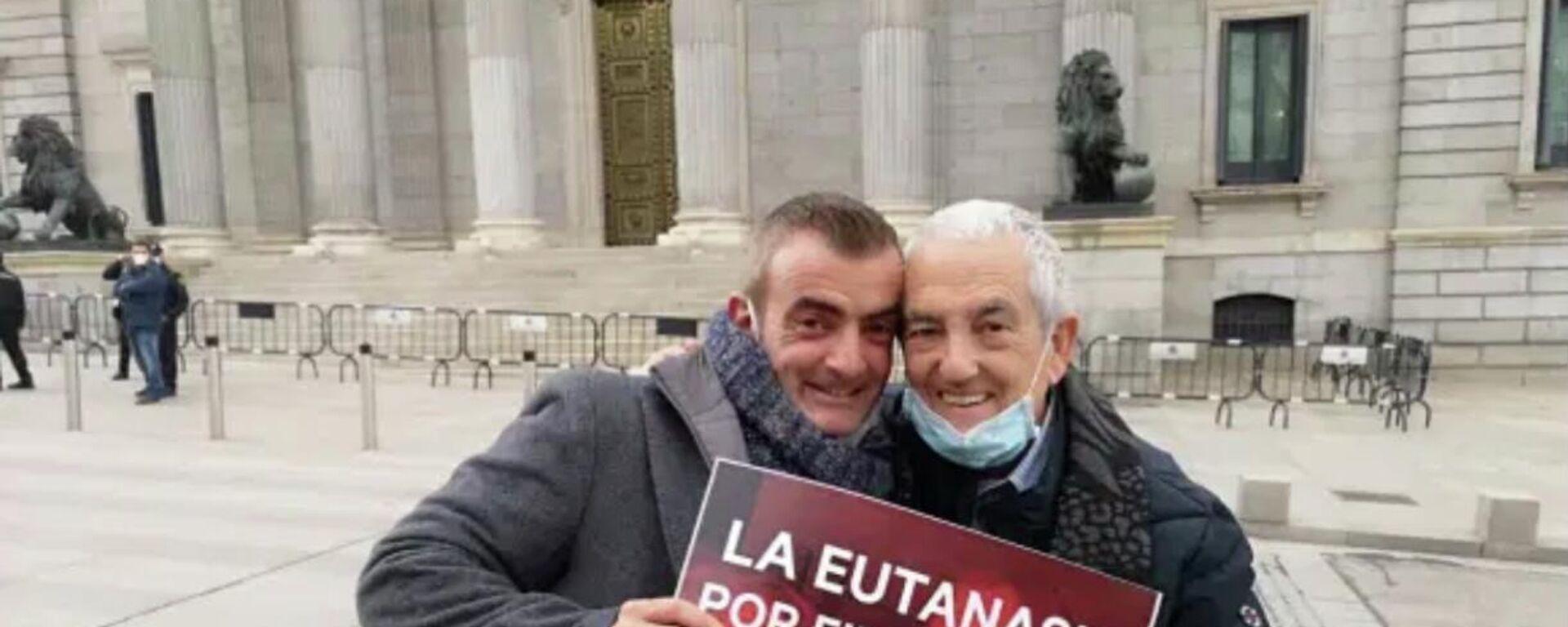 Txema Lorente y su hijo en la puerta del Congreso de los Diputados en Madrid - Sputnik Mundo, 1920, 18.03.2021