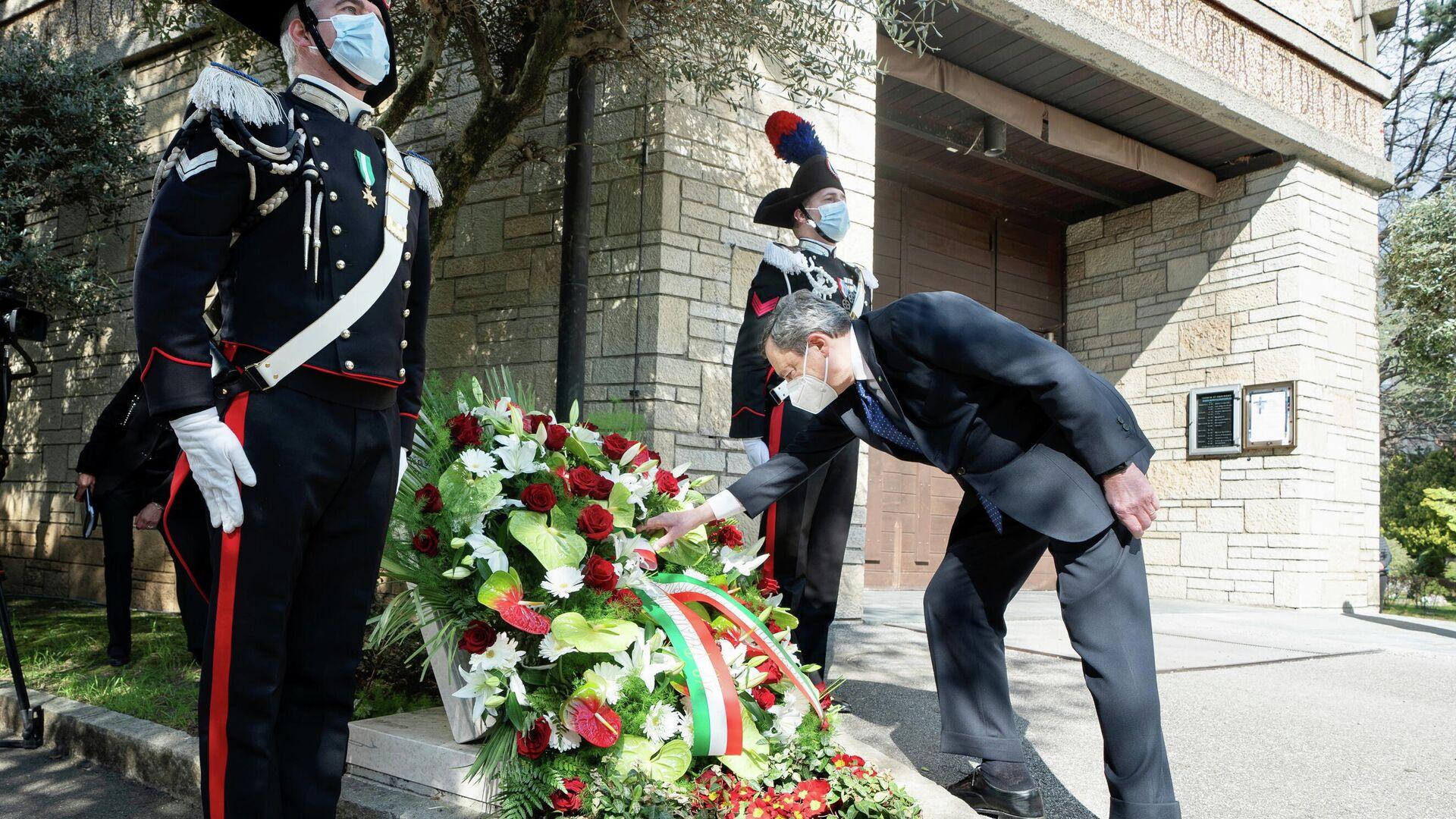 Mario Draghi, primer ministro de Italia pone una corona de laurel en el Cementerio monumental de la ciudad de Bérgamo el primer Día de la memoria de las víctimas del COVID-19 - Sputnik Mundo, 1920, 18.03.2021