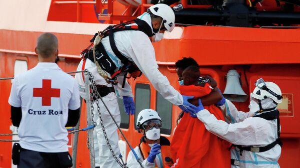 Migrantes en el Puerto de Arguineguin, las Islas Canarias, España - Sputnik Mundo
