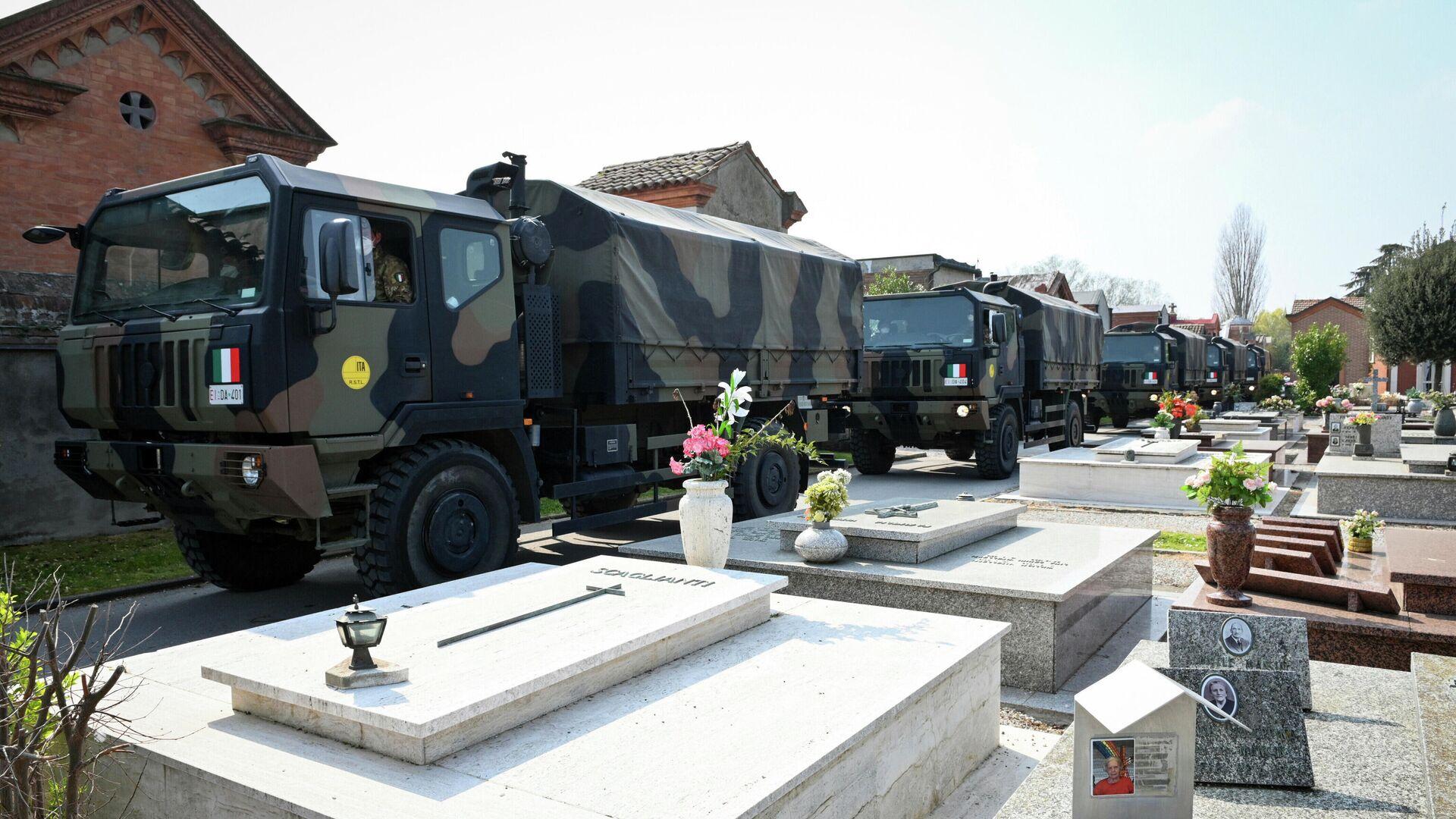 Una columna de camiones militares transportando decenas de ataúdes de víctimas del coronavirus de Bérgamo, Italia - Sputnik Mundo, 1920, 18.03.2021
