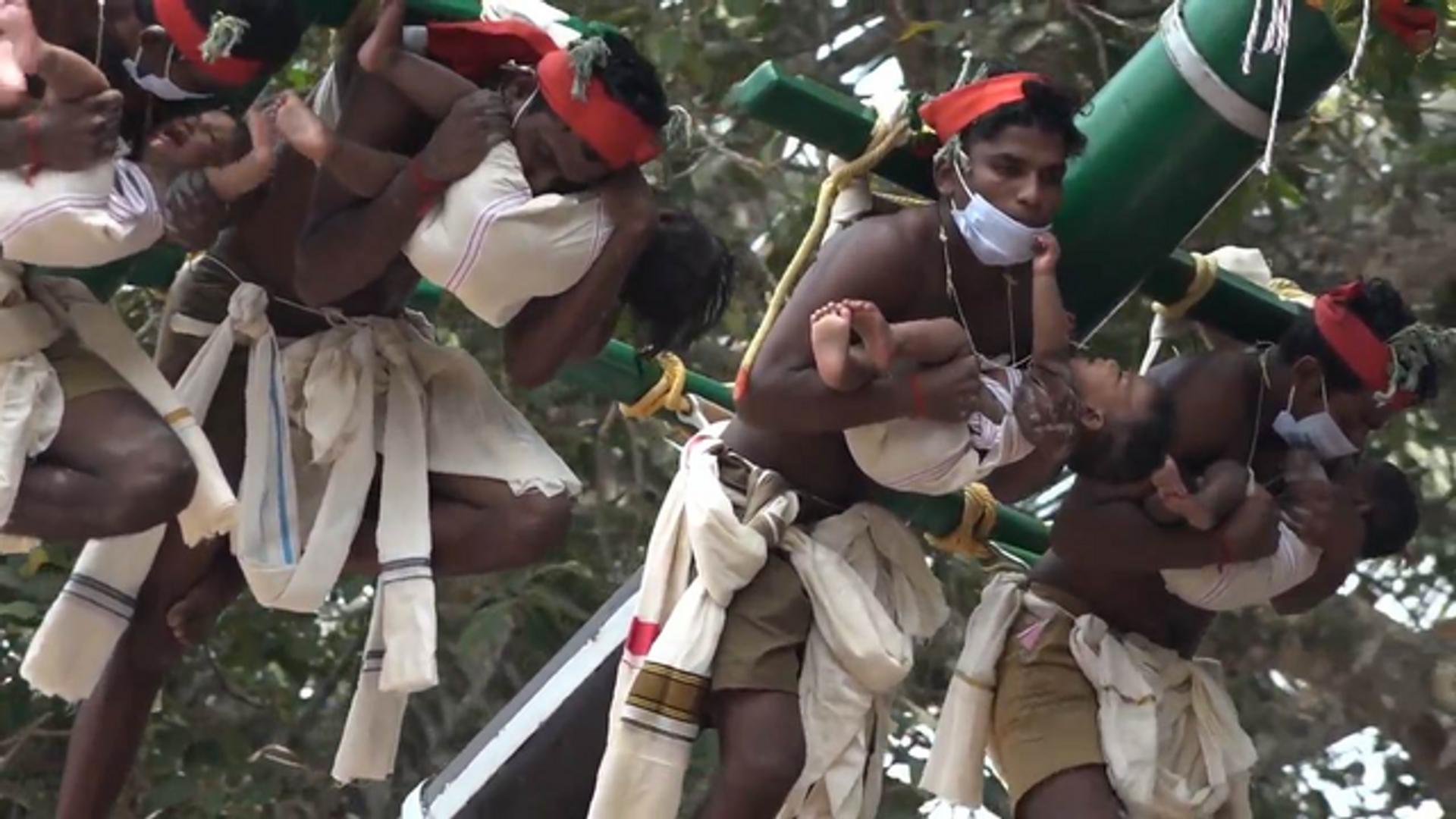Devotos levantan bebés a 12 metros del suelo durante un festival en la India - Sputnik Mundo, 1920, 19.03.2021