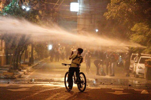 La Policía usa cañones de agua para dispersar a los manifestantes en Asunción, Paraguay. - Sputnik Mundo