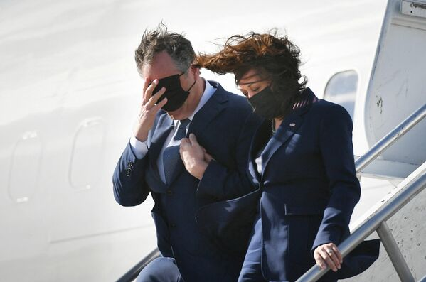 La vicepresidenta de Estados Unidos, Kamala Harris, y su marido, Doug Emhoff, bajan del avión en el aeropuerto internacional de Los Ángeles, EEUU. - Sputnik Mundo
