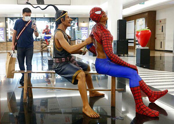Visitante en una exposición de arte en el centro comercial de Yakarta, Indonesia. - Sputnik Mundo