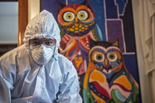 Un trabajador sanitario se prepara para vacunarse con la vacuna de Pfizer-BioNTech en una casa de Lima, Perú. - Sputnik Mundo