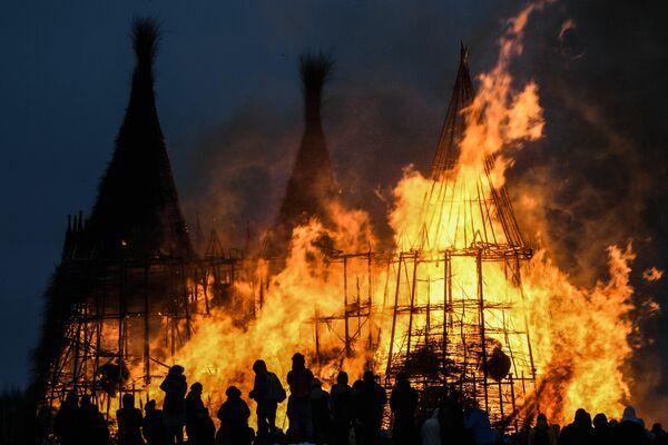 Una obra de arte en llamas durante la celebración de la Maslenitsa (carnaval ruso que simboliza la despedida del invierno) en el parque artístico Nikola-Lenivets en la región de Kaluga, Rusia. - Sputnik Mundo