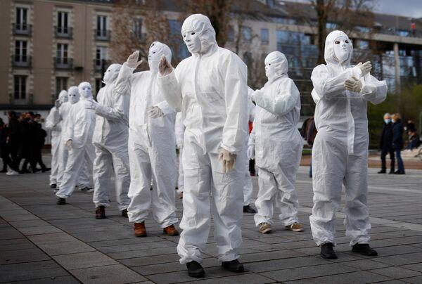 Activistas del grupo Máscaras Blancas en una manifestación contra la ley de seguridad global en Nantes, Francia. - Sputnik Mundo