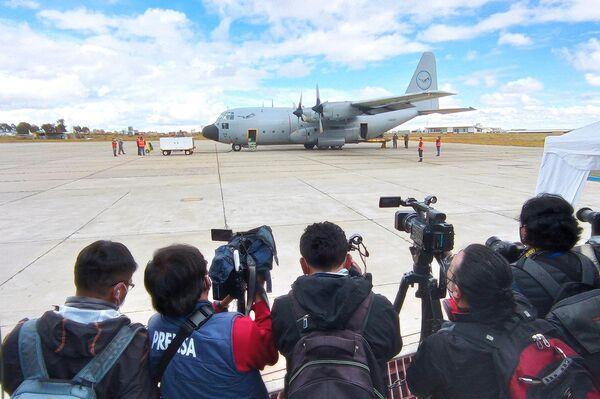 La llegada del primer lote de vacunas anti COVID-19 a Bolivia en el marco del mecanismo COVAX  - Sputnik Mundo