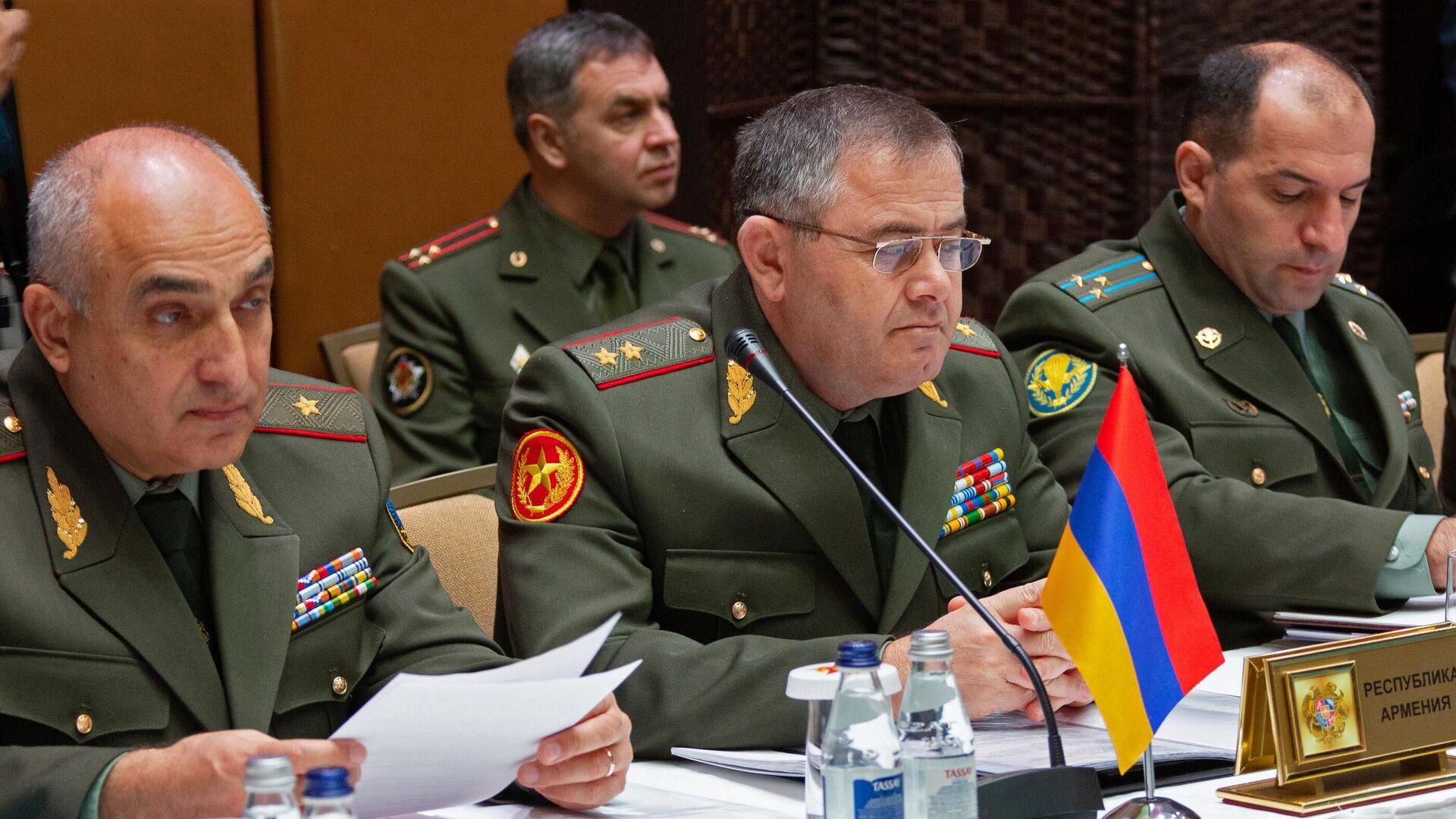 Artak Davtián, уl nuevo jefe del Estado Mayor General de las FFAA de Armenia (centro) - Sputnik Mundo, 1920, 22.03.2021
