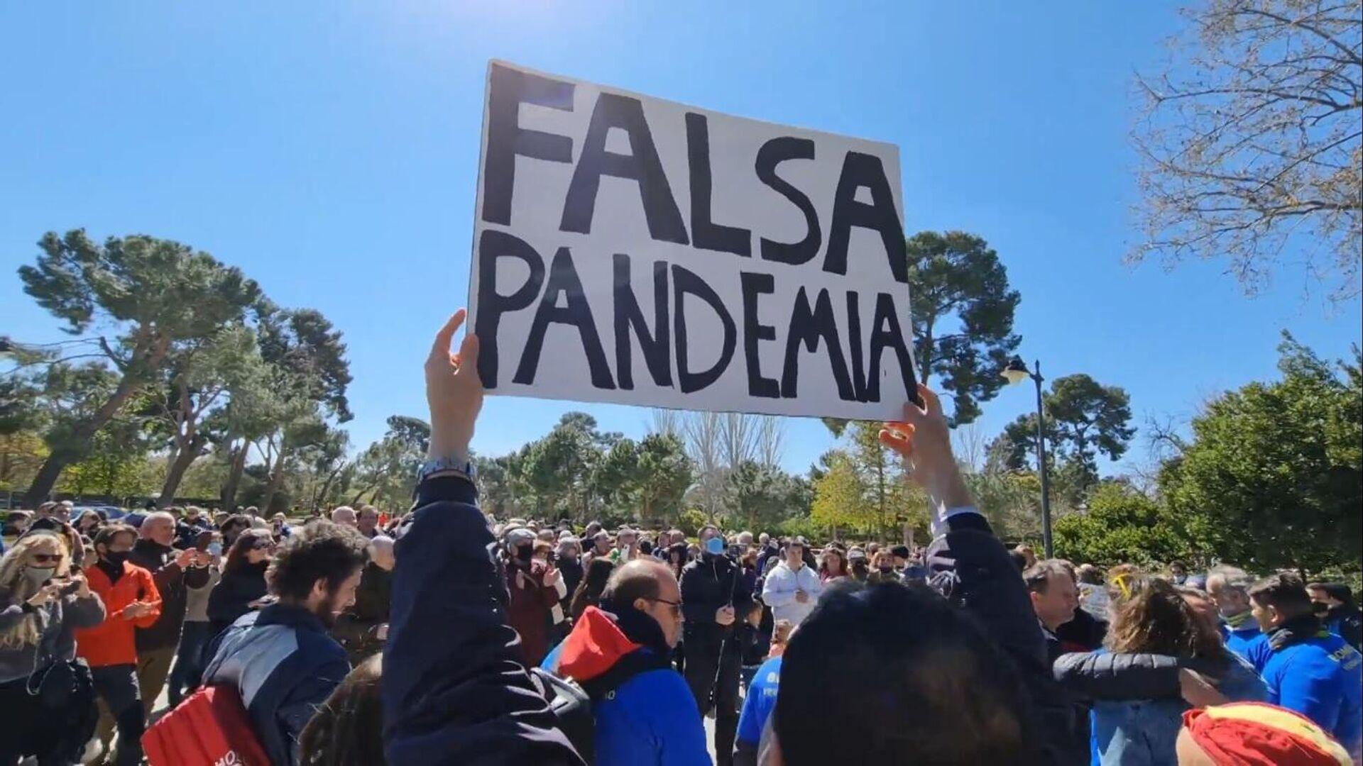 Manifestación negacionista en el parque del Retiro en Madrid - Sputnik Mundo, 1920, 02.06.2021