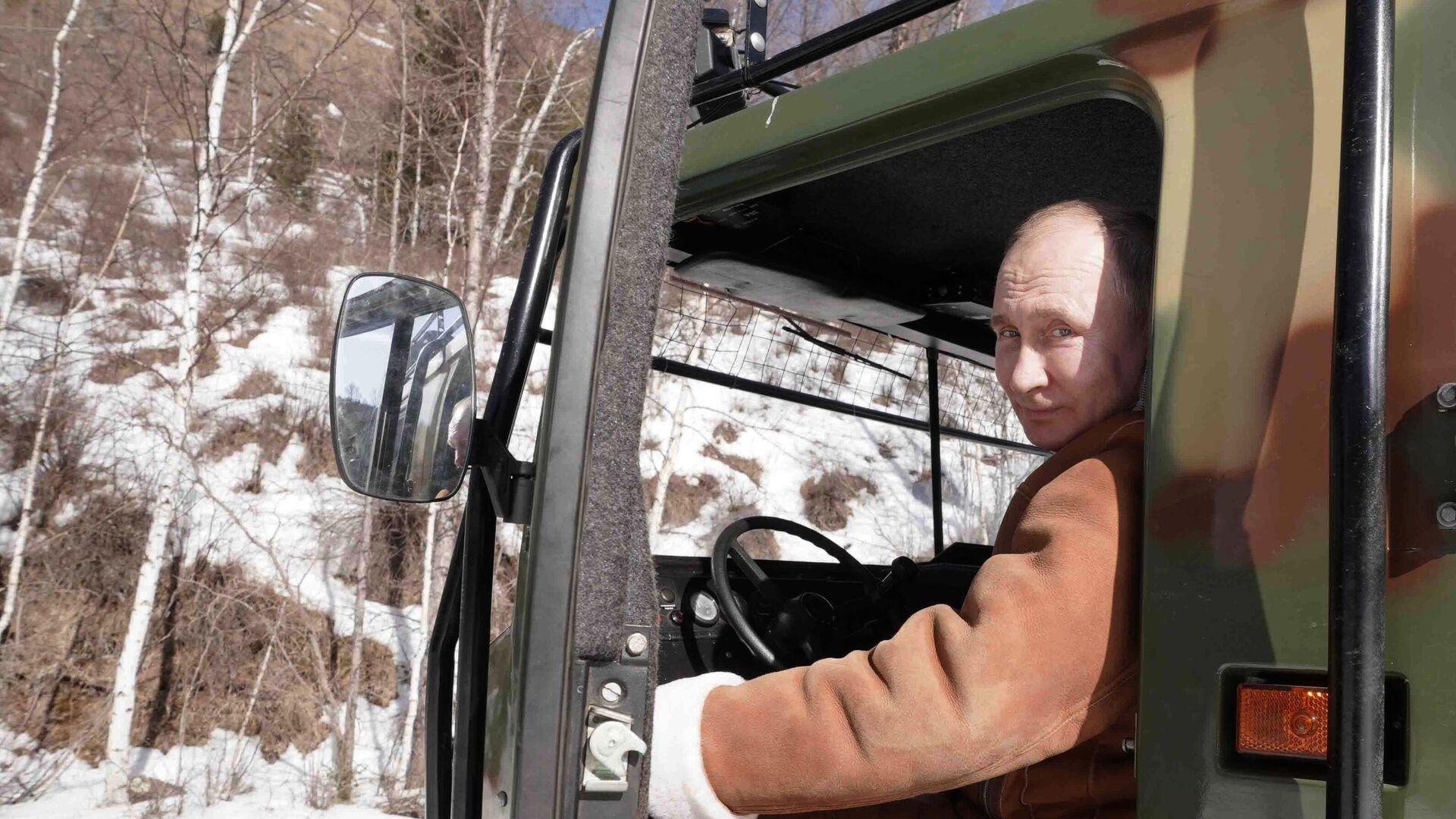 Vladímir Putin, presidente de Rusia, en un viaje por Siberia - Sputnik Mundo, 1920, 22.03.2021