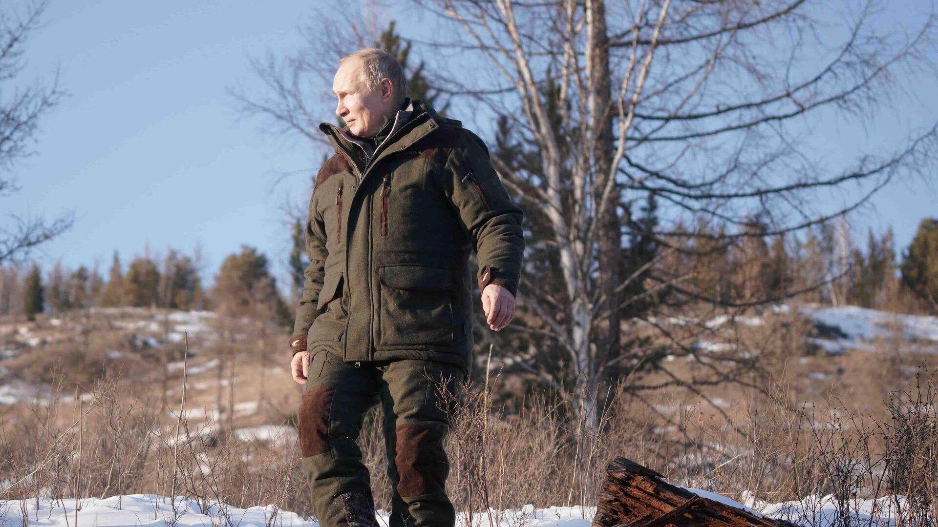 Vladímir Putin, presidente de Rusia, durante unos cortos vacaciones en Siberia el marzo de 2021 - Sputnik Mundo, 1920, 18.04.2021