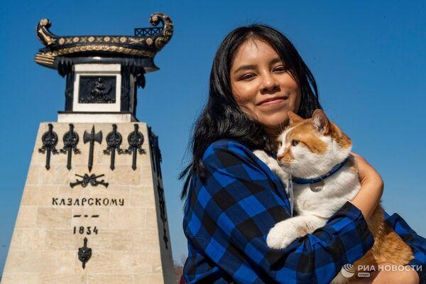 La corresponsal boliviana de Sputnik Mundo, Milena Morante y el redactor en jefe de la sección de noticias felinas Móstik de Ria Novosti Crimea durante su recorrido por los monumentos marítimos históricos en Sebastopol, Crimea. - Sputnik Mundo