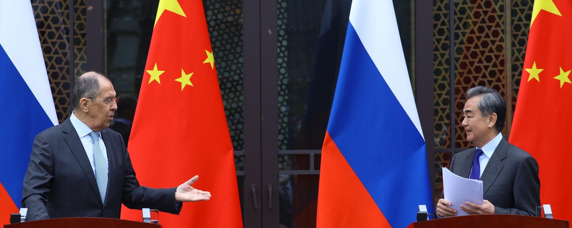 Los ministros de Exteriores ruso, Serguéi Lavrov, y chino, Wang Yi - Sputnik Mundo, 1920, 23.03.2021
