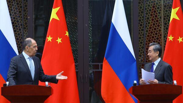 Los ministros de Exteriores ruso, Serguéi Lavrov, y chino, Wang Yi - Sputnik Mundo