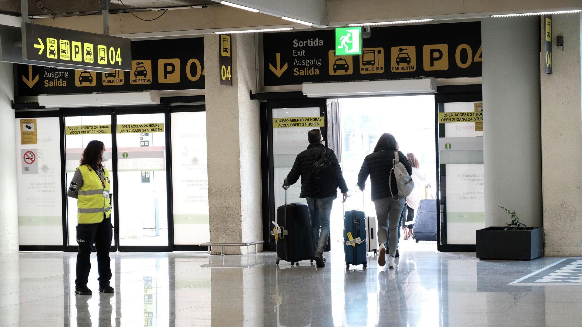 Viajeros saliendo del aeropuerto de Palma de Mallorca - Sputnik Mundo, 1920, 13.05.2021