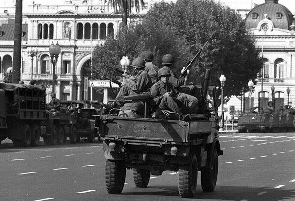 Soldados del ejército patrullan la Plaza de Mayo de Buenos Aires el 24 de marzo de 1976 - Sputnik Mundo