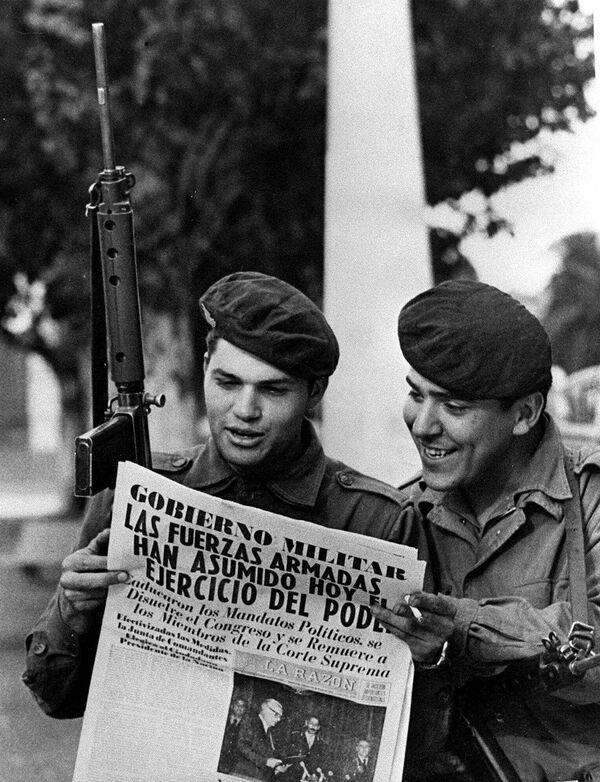 Dos soldados del ejército leen un periódico en la Plaza de Mayo de Buenos Aires después del golpe de Estado de Jorge Rafael Videla - Sputnik Mundo