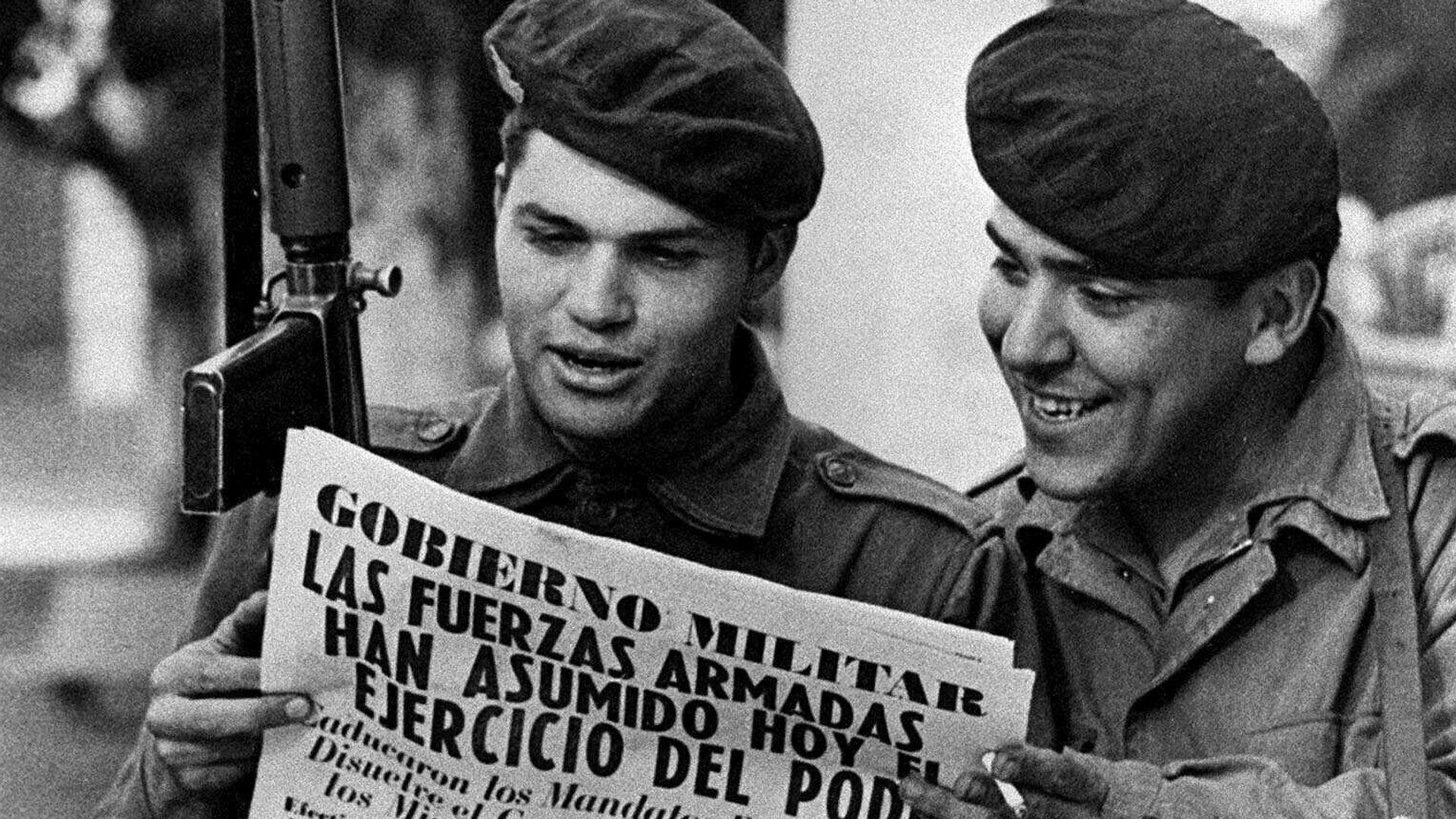 Dos soldados del ejército leen un periódico en la Plaza de Mayo de Buenos Aires después del golpe de Estado de Jorge Rafael Videla - Sputnik Mundo, 1920, 14.07.2021