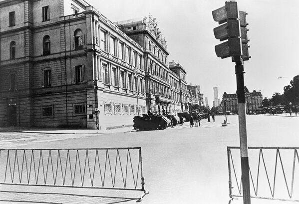 Soldados armados frente al Palacio de Gobierno de Buenos Aires, el 24 de marzo de 1976 - Sputnik Mundo