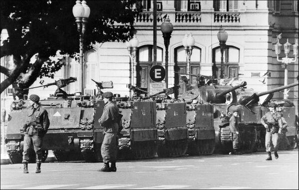 Tanques y soldados frente al Palacio de Gobierno en Buenos Aires, el 24 de marzo de 1976 - Sputnik Mundo