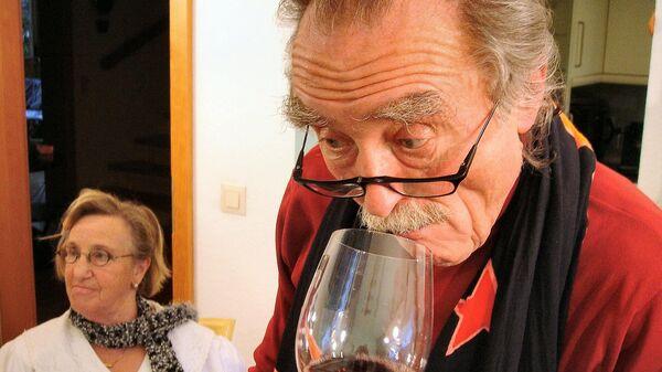 Un hombre oliendo vino - Sputnik Mundo
