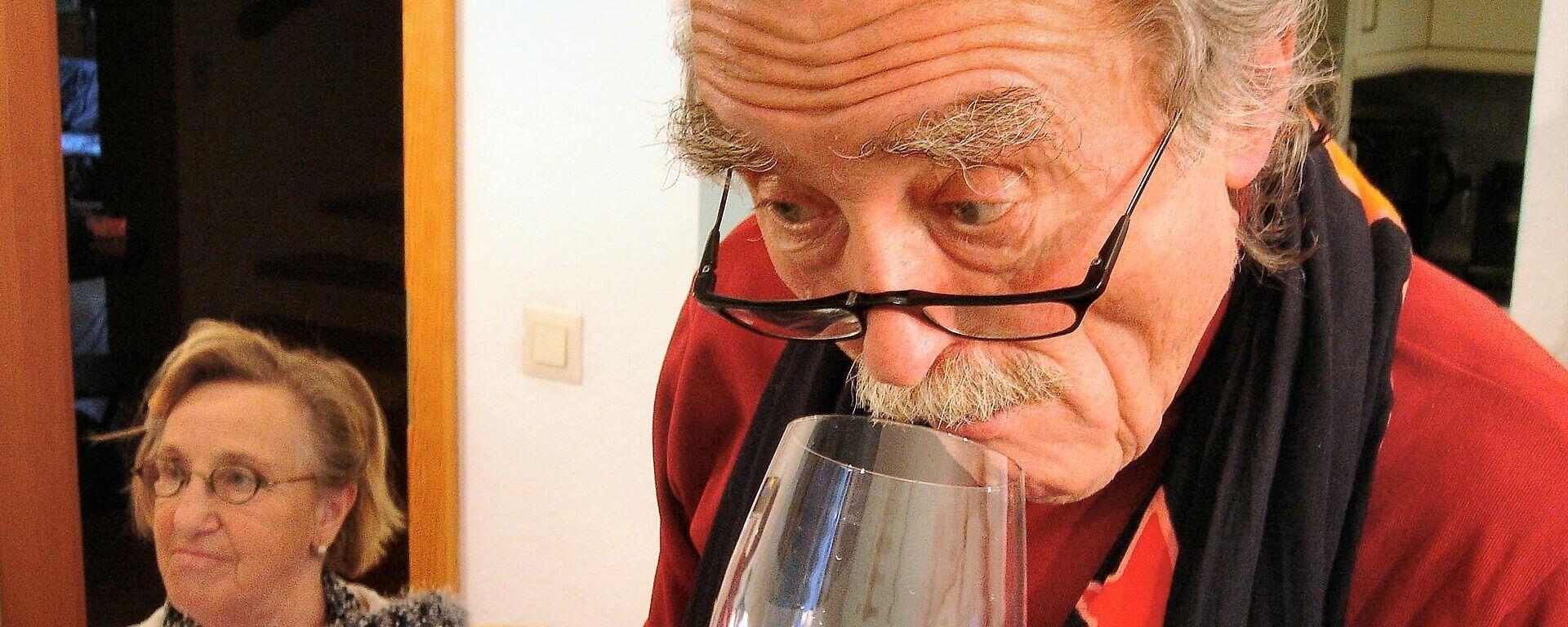 Un hombre oliendo vino - Sputnik Mundo, 1920, 23.03.2021