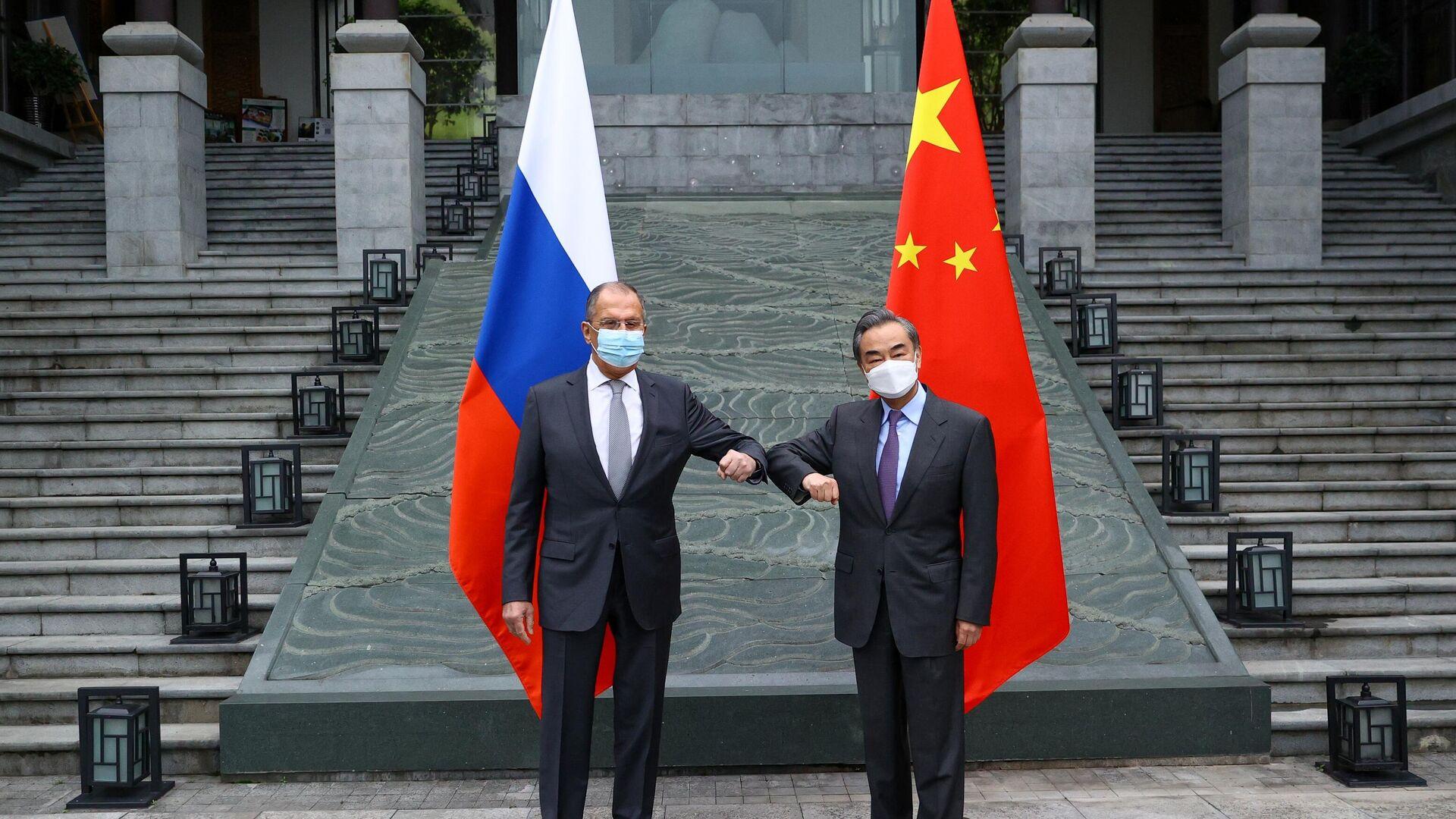 El canciller ruso, Serguéi Lavrov, y su homólogo chino, Wang Yi - Sputnik Mundo, 1920, 24.03.2021