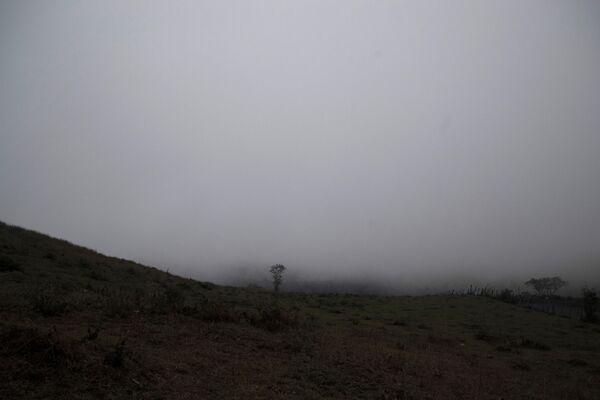 El lado sur del volcán Papaya, cubierto por niebla y cenizas, marzo 2021 - Sputnik Mundo