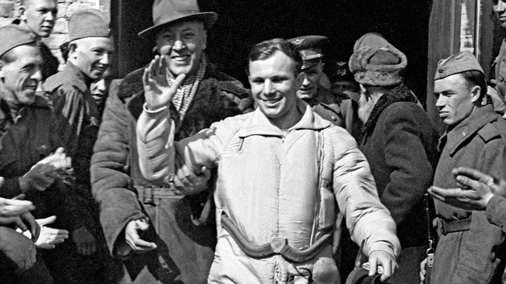 Yuri Gagarin, el primer cosmonauta del mundo, el día de su histórico vuelo al espacio. A la izquierda, Ata Mejrabanovich, ingeniero del programa espacial soviético - Sputnik Mundo, 1920, 12.04.2021
