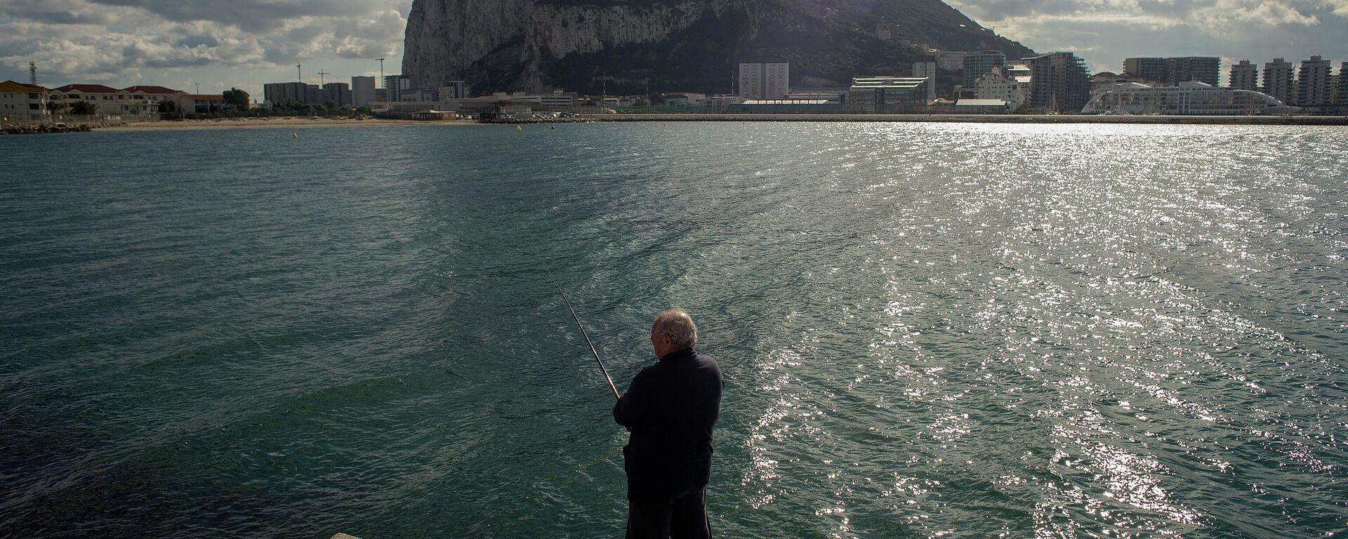 Hombre pescando frente a Gibraltar - Sputnik Mundo, 1920, 25.03.2021