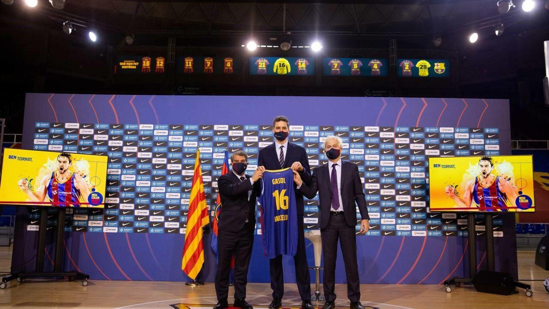 Pau Gasol, entre el presidente del FC Barcelona, Joan Laporta, y Josep Cubells, responsable de  la sección de baloncesto - Sputnik Mundo, 1920, 25.03.2021