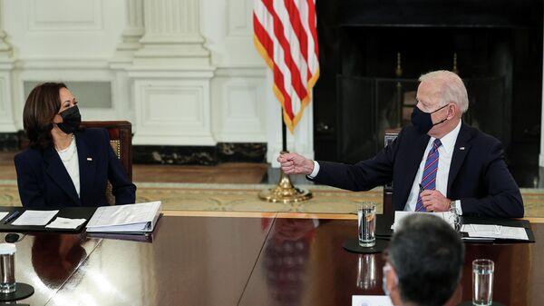 Joe Biden, presidente de EEUU, y Kamala Harris, vicepresidenta - Sputnik Mundo
