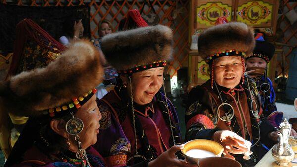 Mujeres preparan kumis en Mongolia - Sputnik Mundo