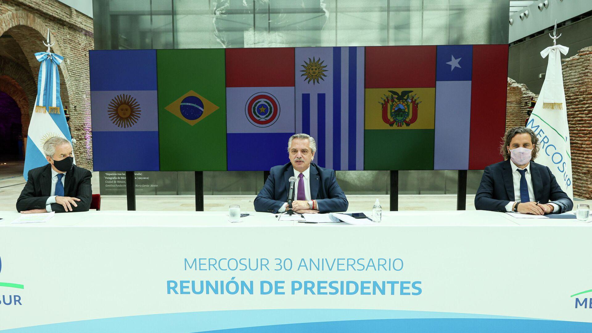 El canciller argentino, Felipe Solá, en conjunto con el presidente, Alberto Fernández, durante la videoconferencia del Mercosur - Sputnik Mundo, 1920, 26.03.2021