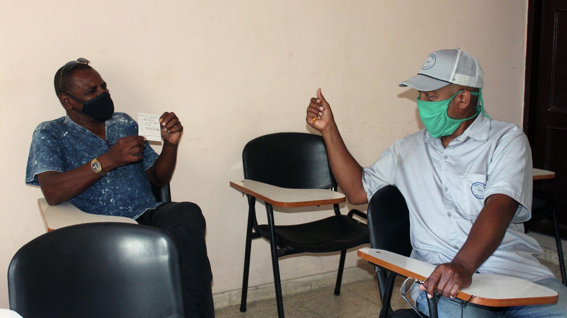 Saturnino Herrera Hernández conversa con otro trabajador de la salud mientras esperan posibles reacciones de la vacuna - Sputnik Mundo, 1920, 26.03.2021