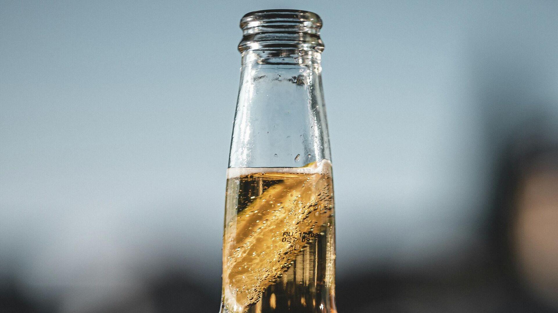 Una botella de cerveza, ilustración - Sputnik Mundo, 1920, 27.03.2021