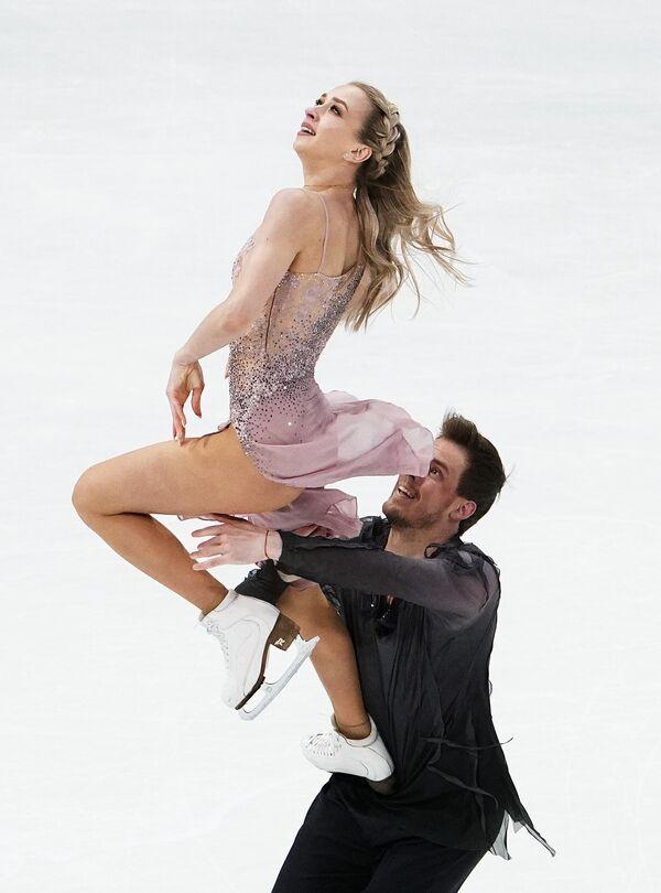 Dentro de la modalidad de danza, el oro se lo llevó la pareja rusa compuesta por Victoria Sinitsina y Nikita Katsalapov con 221,17 puntos. Es la primera vez que los patinadores alcanzan el escalafón más alto del podio.  - Sputnik Mundo
