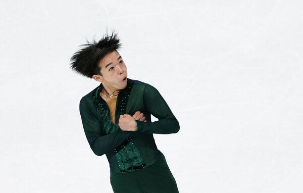 En la competición se evalúan a los atletas en cuatro disciplinas: damas, hombres, patinaje en parejas y danza sobre hielo.  En la foto: el japonés Yuma Kagiyama, quien con sus 17 años alcanzó el segundo lugar del podio masculino. - Sputnik Mundo