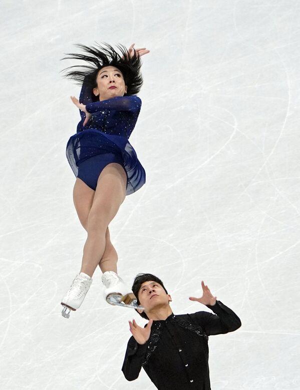 El resto de los patinadores deberán pasar por la ronda preolímpica, que tendrá lugar en Oberstdorf, Alemania, del 22 al 25 de septiembre, para participar en las Olimpiadas de Invierno Pekín 2022. En la foto: los campeones mundiales y pareja de patinadores chinos Sui Wenjing y Han Cong. - Sputnik Mundo