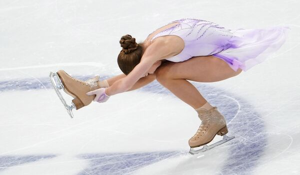 Alexandra Trusova, de 16 años, fue una de las sorpresas de la noche, igual que Sherbakova, ya que también era su primera competición internacional. A base de saltos cuádruples logró los 217,20 para colgarse la medalla de bronce. - Sputnik Mundo