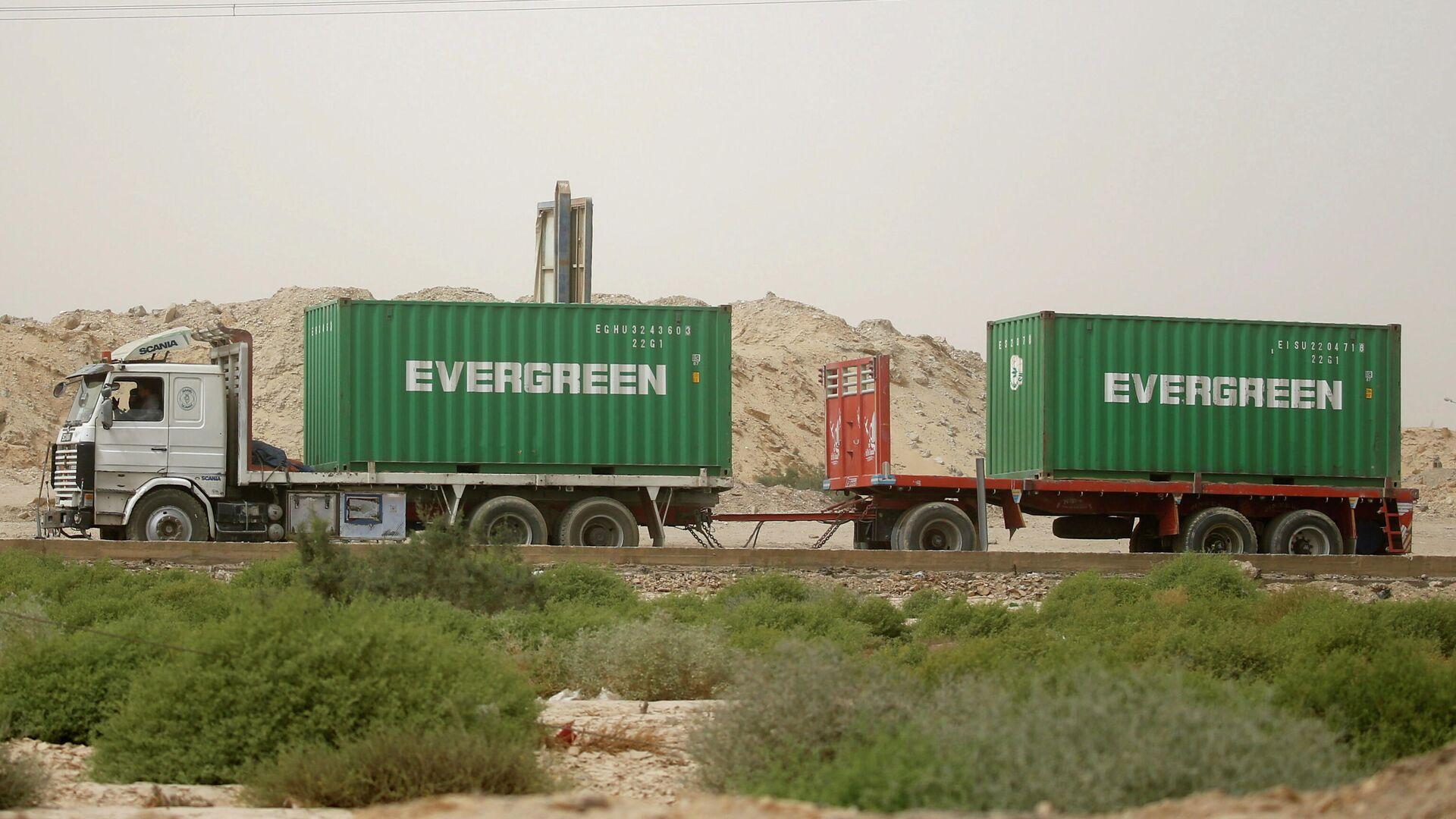 Un camión con contenedores de la empresa Evergreen (foto referencial) - Sputnik Mundo, 1920, 28.03.2021