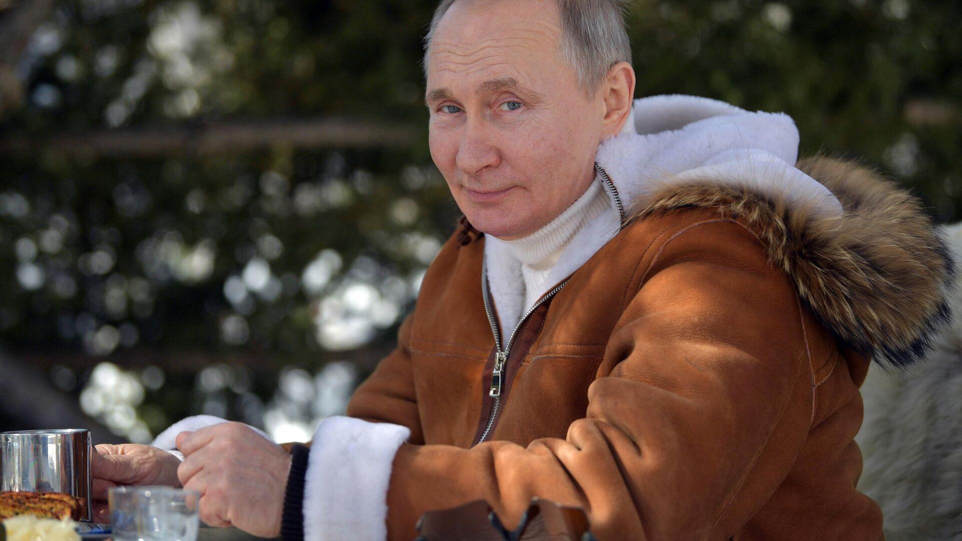 El presidente de Rusia, Vladímir Putin, durante unas minivacaciones en Siberia - Sputnik Mundo, 1920, 28.03.2021