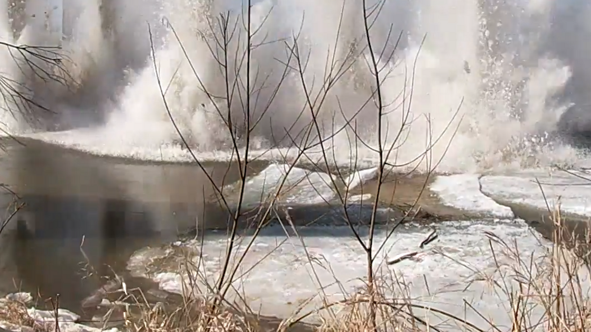 Militares rusos detonan 150 kg de TNT para liberar un río del hielo - Sputnik Mundo, 1920, 28.03.2021