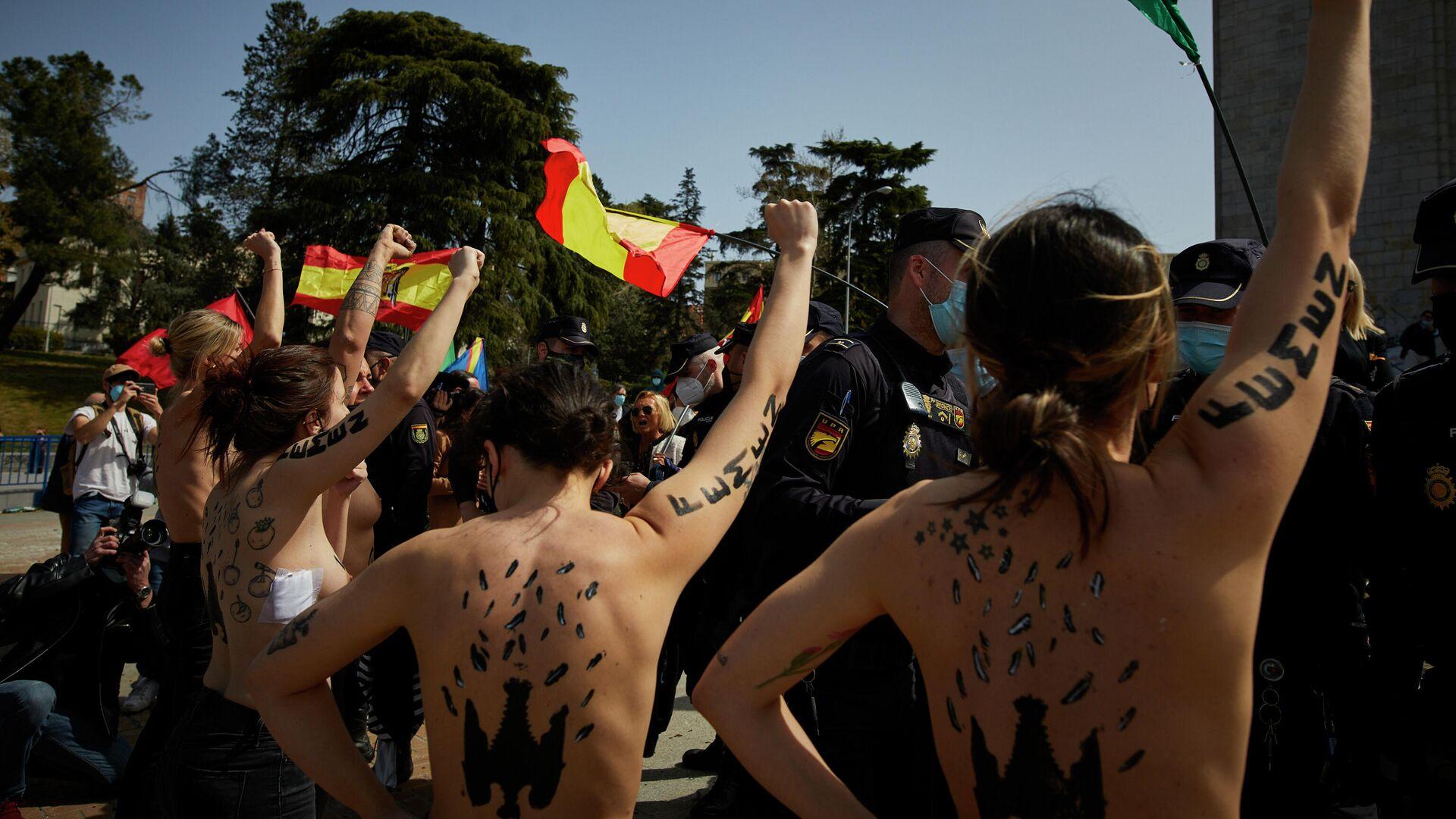 Activistas de FEMEN durante la irrupción en un acto del franquismo - Sputnik Mundo, 1920, 29.03.2021