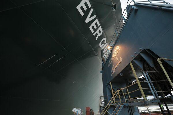 El carguero gigante fue desencallado después de que los equipos de salvamento retiraran unos 27.000 metros cúbicos de arena en los que se quedó atascado. En la foto: el buque portacontenedores Ever Given. - Sputnik Mundo