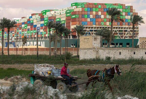 Todavía no se informa cuándo el canal de Suez estará abierto de nuevo. En la foto: el buque portacontenedores Ever Given varado en un banco de arena en el kilómetro 151 del canal de Suez. - Sputnik Mundo