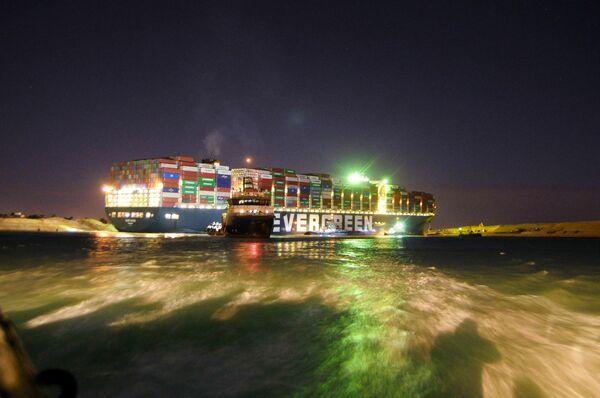 El canal de Suez es una de las rutas comerciales más importantes del mundo, ya que conecta el Mediterráneo y el mar Rojo. Su bloqueo le cuesta a la economía global alrededor de unos 10.000 millones de dólares al día. En la foto: un remolcador cerca del Ever Given. - Sputnik Mundo