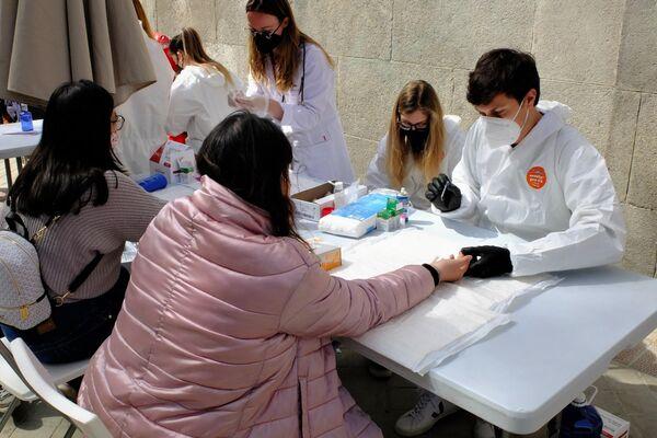 Voluntarios de la Fundación Madrina haciendo pruebas gratuitas de COVID-19 - Sputnik Mundo