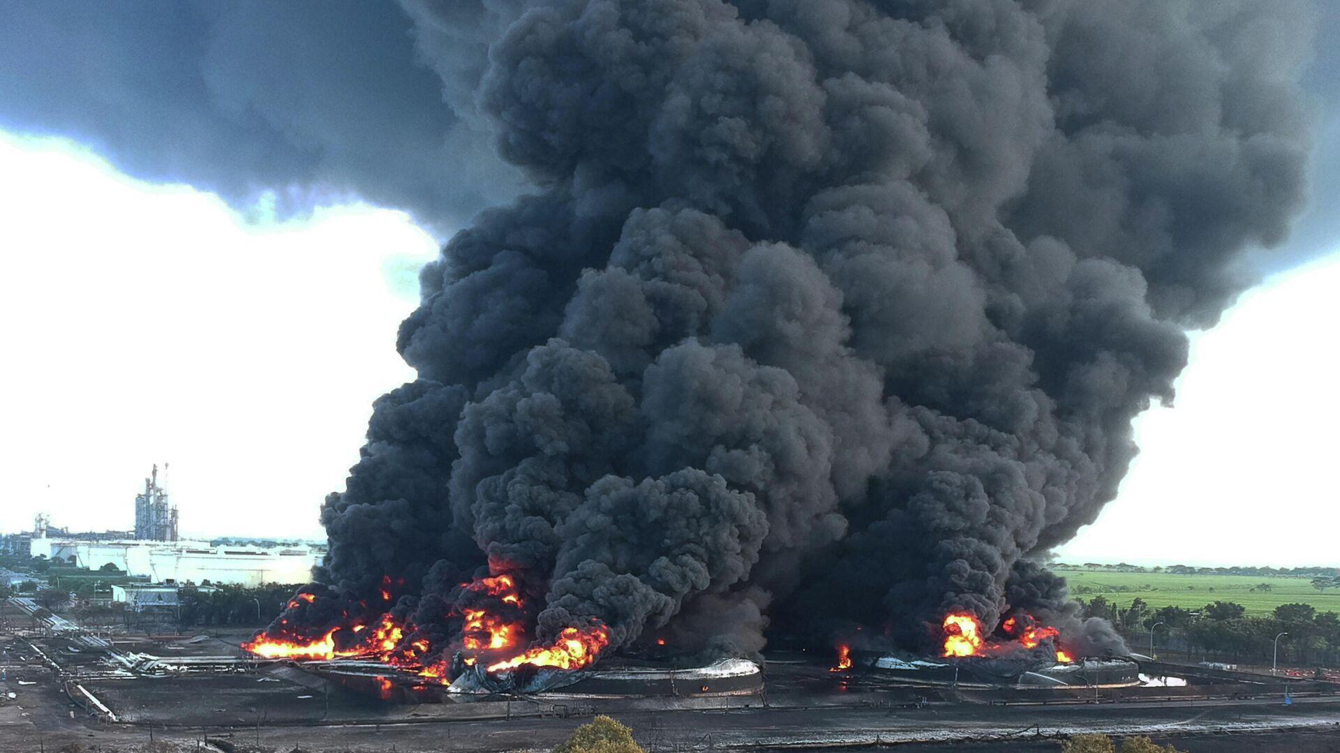 Un incendio en la refinería de petróleo en Balongan - Sputnik Mundo, 1920, 29.03.2021